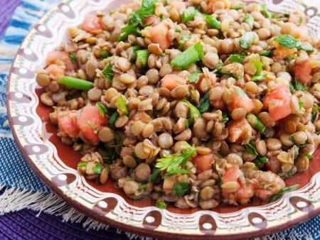 Салата с леща, домати и магданоз - снимка на рецептата